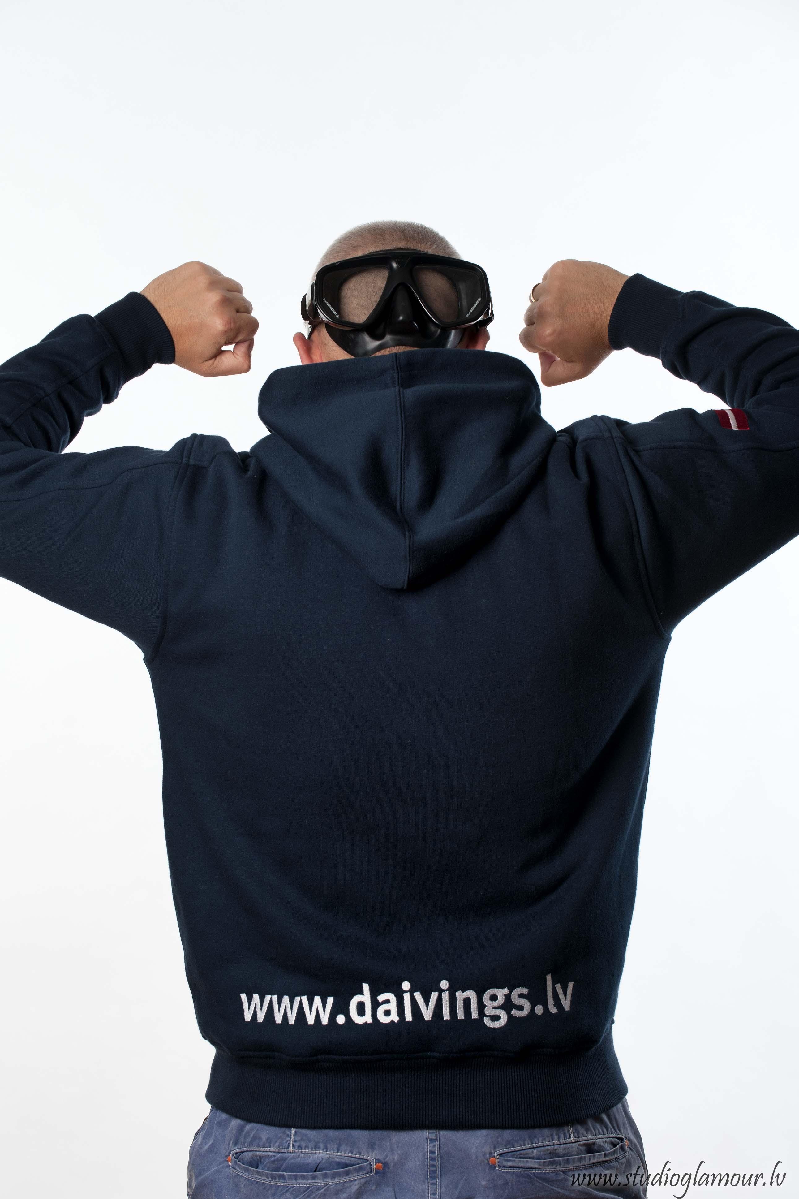 Daivings.lv sporta aktīvists demonstrē feino uzrakstu uz muguras