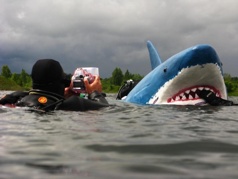 Baltā haizivs Dolomīta karjerā tiek fotografēta