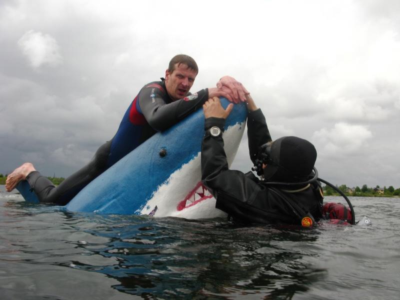 Baltas haizivs makets Dolomīta karjera ūdenskrātuvē ielaišanas brīdī