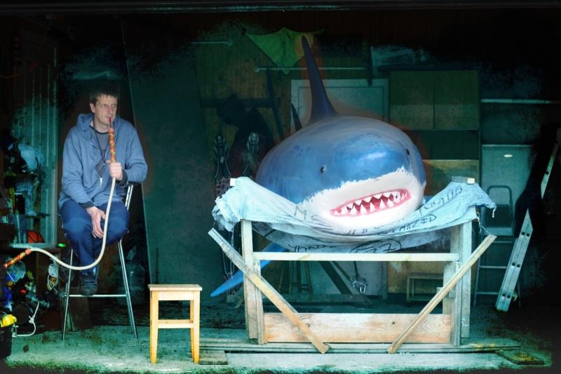 Baltas haizivs makets Dolomīta karjera ūdenskrātuvē